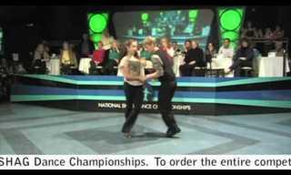 זוג רקדני סווינג צעירים בריקוד מדליק