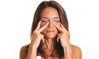 7 מתיחות פשוטות שילחמו בקמטי הפנים שלכם
