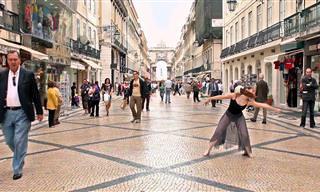 צפו ברקדנית הבלט הזו פוצחת במחול סוחף על רקע רחובות ליסבון