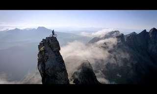 צפו במסעו של איש אחד וזוג אופני הרים כנגד איתני הטבע