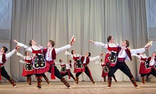 מופע ריקוד סרבי מסורתי מלא שמחת חיים וקצב