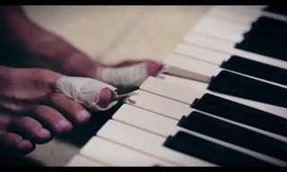 אמן ישראלי מנגן על קלידים וגיטרה בו זמנית