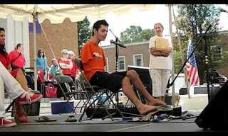 בלי ידיים: צעיר פורט על גיטרה עם הרגליים!