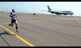 שחקן רוגבי מתחרה בריצה נגד מטוס!