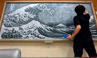 האמן היפני הזה מייצר ציורים מדהימים על לוח של בית-ספר