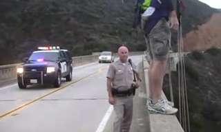 קופץ מהגשר ובורח לשוטר