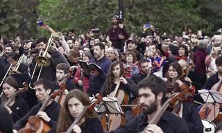 תזמורת שלמה מבצעת שיר מחאה עוצמתי בהפגנה בצ'ילה
