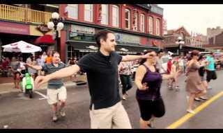 זורבה היווני - ריקוד רחוב המוני!