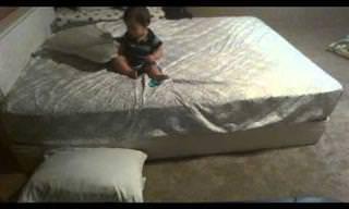 לילד הקטן הזה יש שיטה מדהימה לרדת מהמיטה