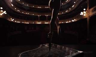 בלרינה רוקדת באיזון מושלם על סכינים