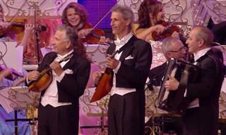 תזמורת מנגנת את זורבה היווני