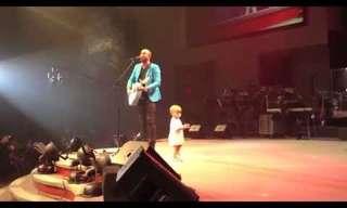 תינוק רוקד באמצע הופעה של אביו - מתוק!