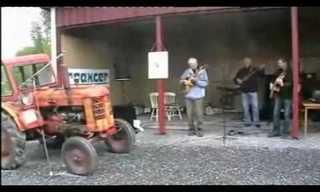 להקה מנגנת עם טרקטור - ענק!