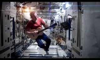 """אסטרונאוט מבצע את """"אודיסאה בחלל"""""""