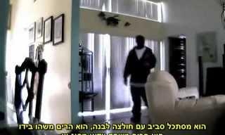 אישה צופה בשודדים פורצים לביתה