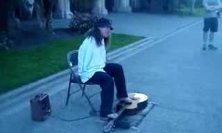 בלי ידיים: בחור שמנגן על גיטרה עם כפות הרגליים!