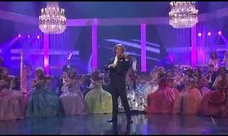 אנדרה ריו מבצע מחווה לשירים הכי גדולים של להקת אבבא