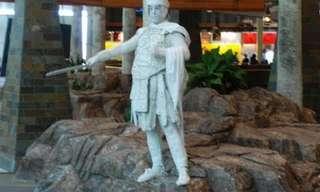 פסל רומאי מבהיל ומצחיק מבקרים בקניון