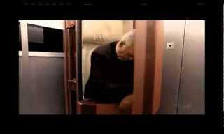 נכנס למעלית, יצא מהארון - מתיחה קורעת!