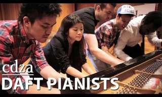 חמישה נגנים על פסנתר אחד