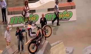 לא תאמינו מה הוא מסוגל לעשות עם האופנוע...