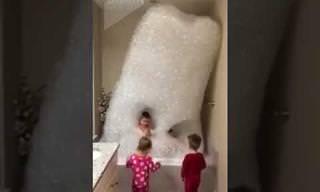 ילדים יצרו אמבטיית קצף כל כך גדולה שהגיעה עד התקרה!