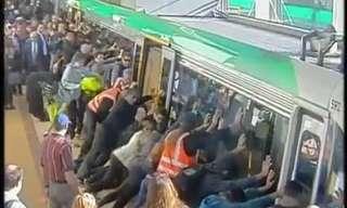 המוני אנשים מחלצים אדם שנתקע על פסי הרכבת