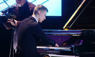 הפסנתרן המוכשר הזה מוכיח שאין דבר העומד בפני הרצון