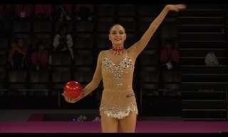 יבגניה קנאיבה במופע התעמלות מדהים עם כדור