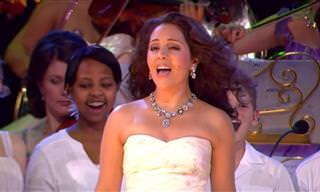 לא חשבנו שנשמע את אנדרה ריו האגדי מבצע להיט של הזמר הזה...
