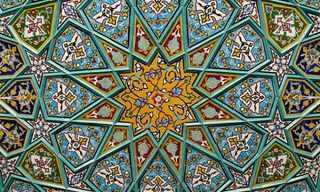 יופי של תקרה - אדריכלות מרהיבה מאיראן!צבעים מרהיבים דמויי תכשיטים בדגמים גיאומטרים מורכבים, קשתות חינניות, כיפות מלכותיות וטלאים עדינים. אלה הם רק חלק מהתכונות הייחודיות של האדריכלות האיראנית, אחת היפות בעולם.