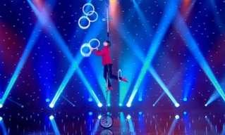 אומן האקרובטיקה אריק איברסון במופע שיווי משקל בלתי יאומן!