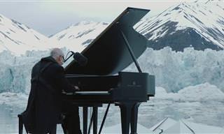 צפו במלחין האיטלקי המפורסם מנגן את יצירתו על קרחון בקוטב הצפוני