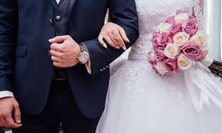 בדיחה מצחיקה על שלושה זוגות שרצו להתחתן אצל רב עקשן