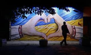 אומנות רחוב מפתיעה על גבי בנייני העיר קייב