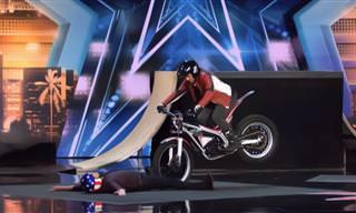 מופע פעלולי אופנוע מסוכן ומותח של קני תומס