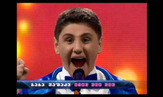ילד שר יצירות קלאסיות בסגנון אופרה עם קול מפתיע