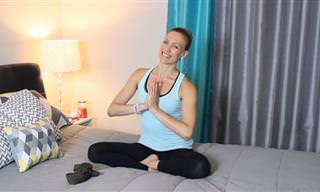 5 תרגילי יוגה מרגיעים לביצוע על המיטה, רגע לפני השינה