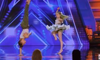 צמד רקדנים צעירים במופע מחול מודרני מרגש