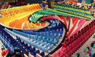 סרטון של מסלול דומינו צבעוני, מורכב ומהפנט!