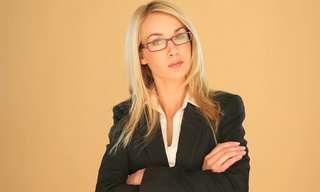 מחוות שפת גוף שליליות שכדאי להימנע מהן