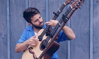 הגיטריסט האיטלקי לוקה סטריקניולי מנגן את השיר With Or Without You על גיטרה נדירה