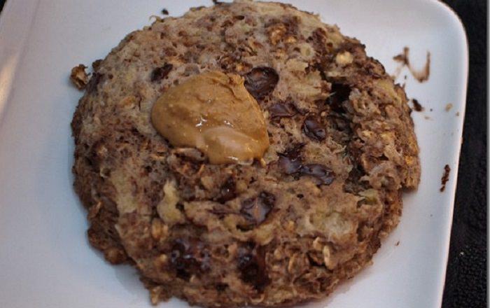 מתכון לעוגיות שוקולד צ'יפס, בננה ובוטנים להכנה במיקרוגל