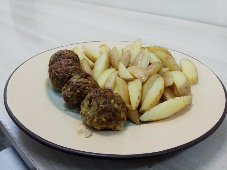 מתכון לכדורי בשר ורצועות תפוחי אדמה אפויים בתנור