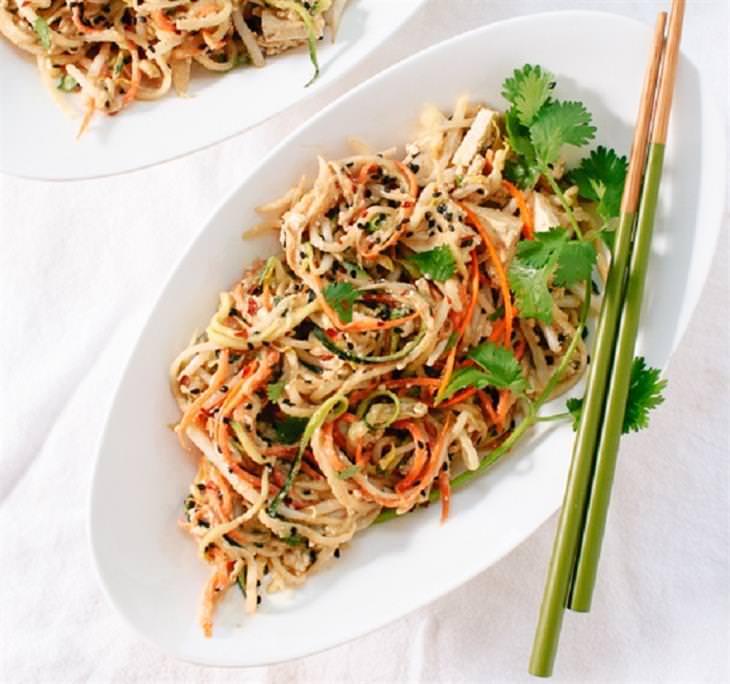 מתכון קל לפאד תאי ירקות ברוטב חמאת בוטנים