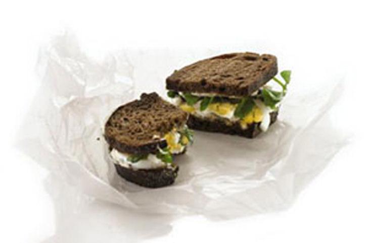 מתכון לסנדוויץ' ביצה קשה עם מיונז וצמחי תבלין