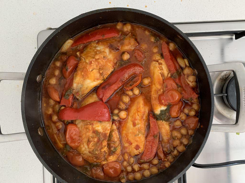מתכון לדג ברוטב פלפלים, חומוס ועגבניות