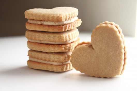 מתכון לעוגיות לב במילוי חמאת בוטנים