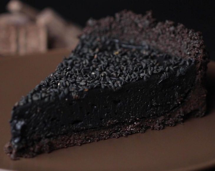 עוגת גבינה שחורה בגוון פחם ללא אפייה