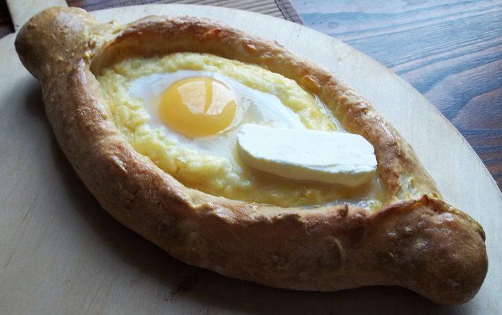 מתכון לשבועות: מאפה אצ'רולי חצ'פורי עם גבינות וביצה